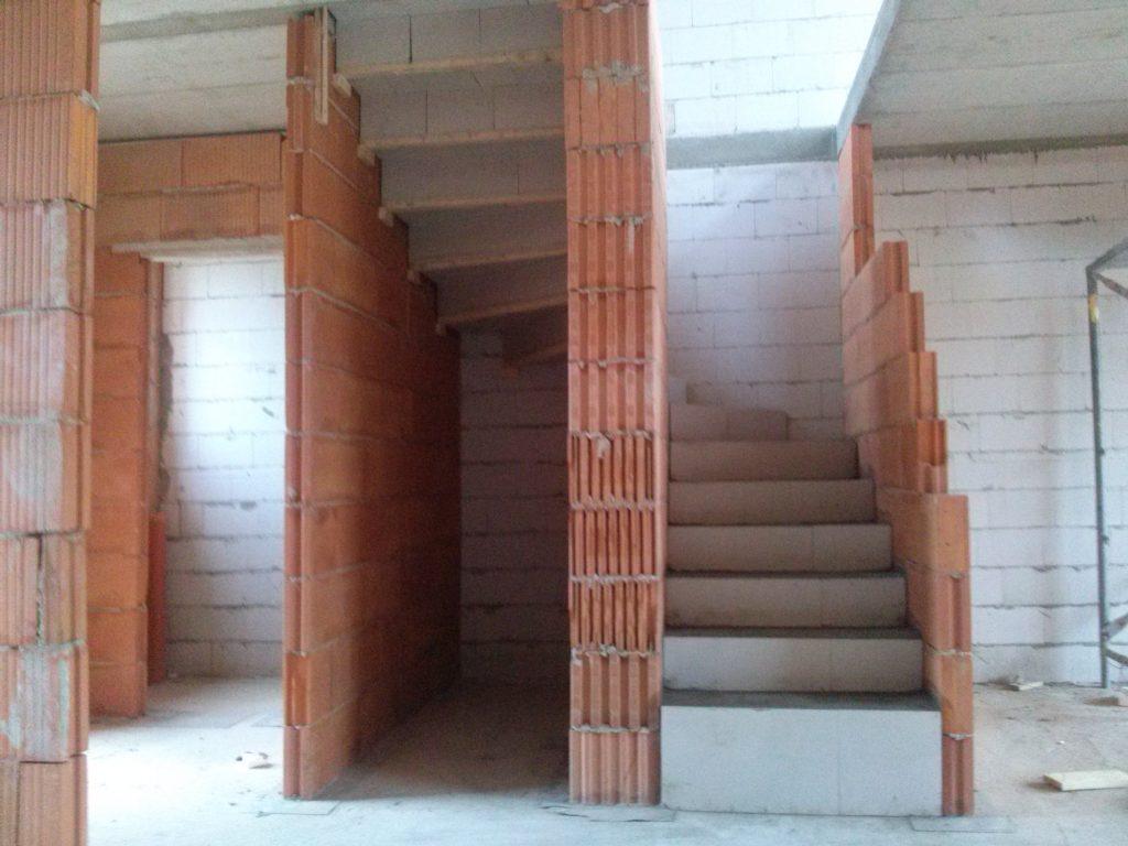 Escalier fini brut en béton-plâtre