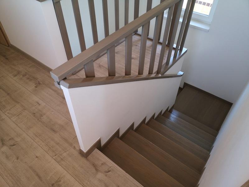 Escalier tourant intérieur en béton et revêtu en bois à prix bas à Valais.