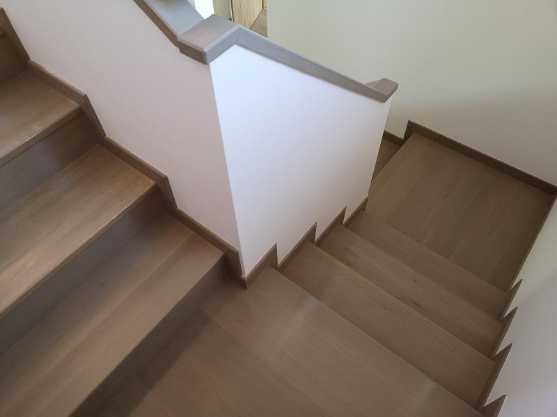 Escalier tourant intérieur en béton et revêtu en bois à Valais.