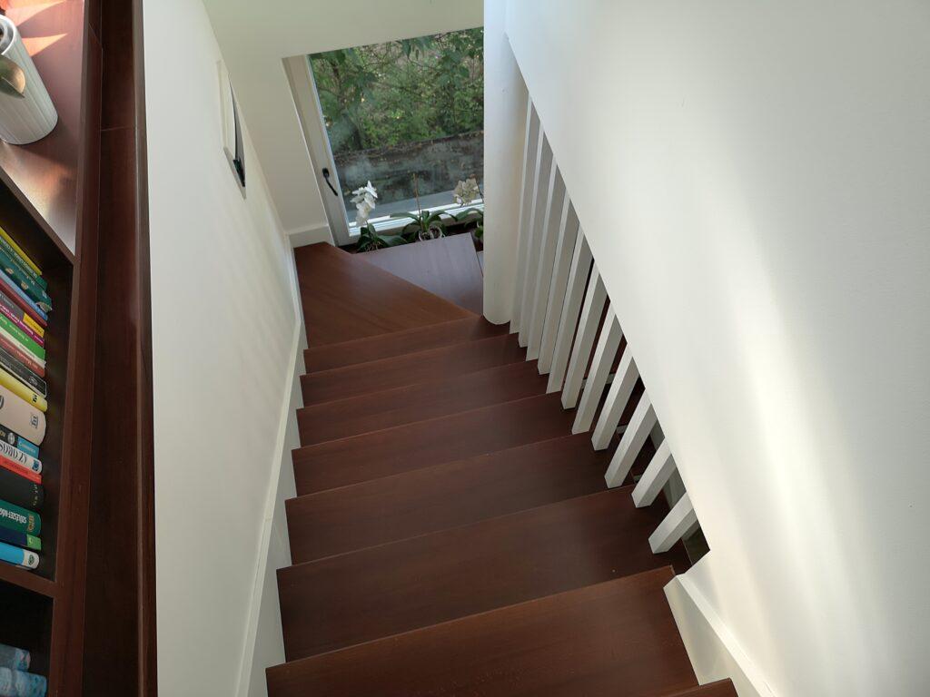 Escalier intérieur en feuille de béton revêtu en bois à prix bas en Suisse.