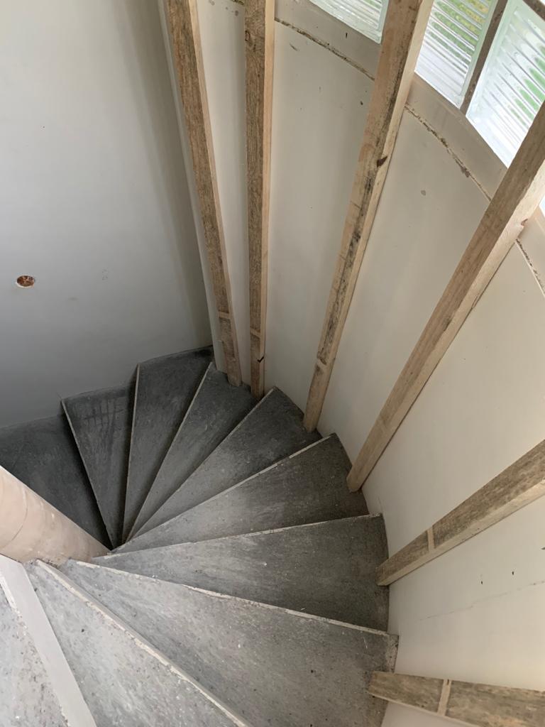 Escalier hèlicoïdal en béton-plâtre