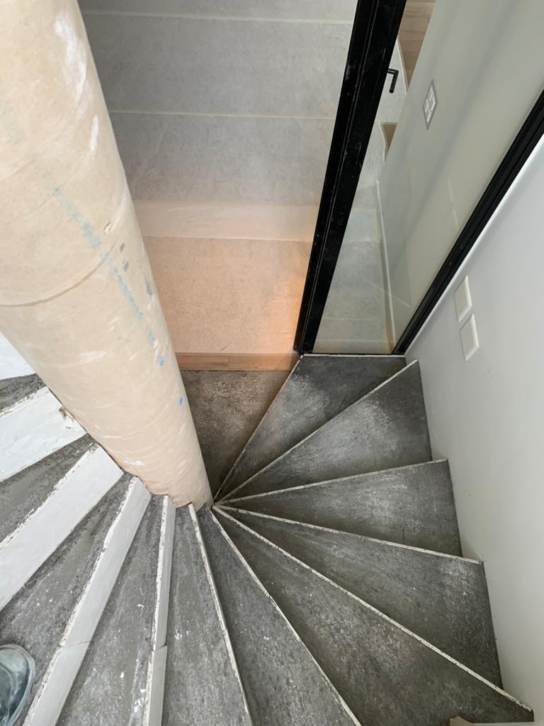 Escalier en feuille de béton construit à Genève