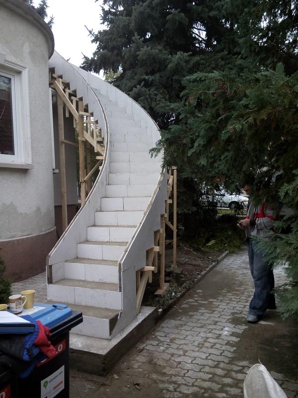 Escalier tournant extérieur en feuille de béton. Fini brut.