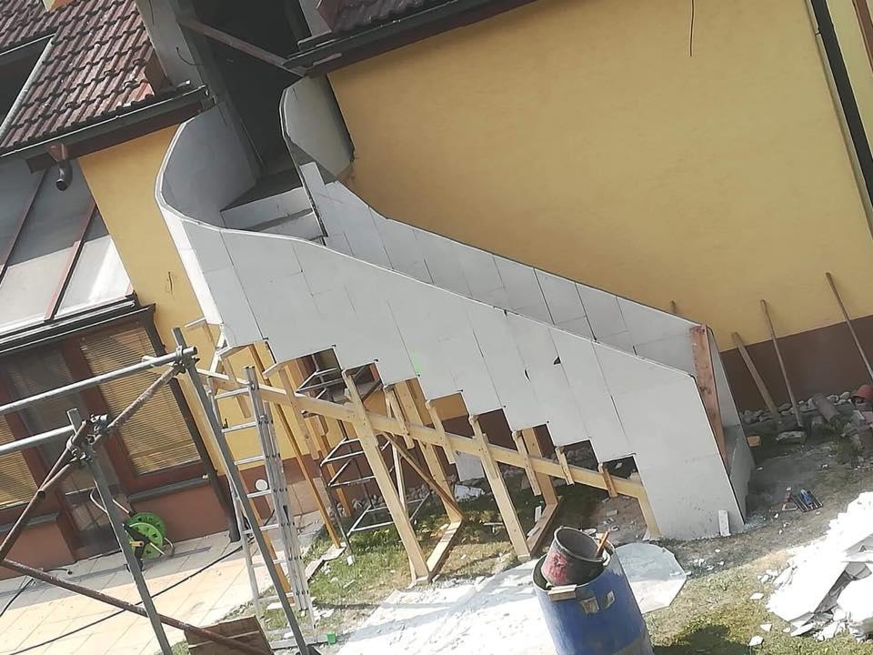 Construction d'escalier tournant en feuille de béton.