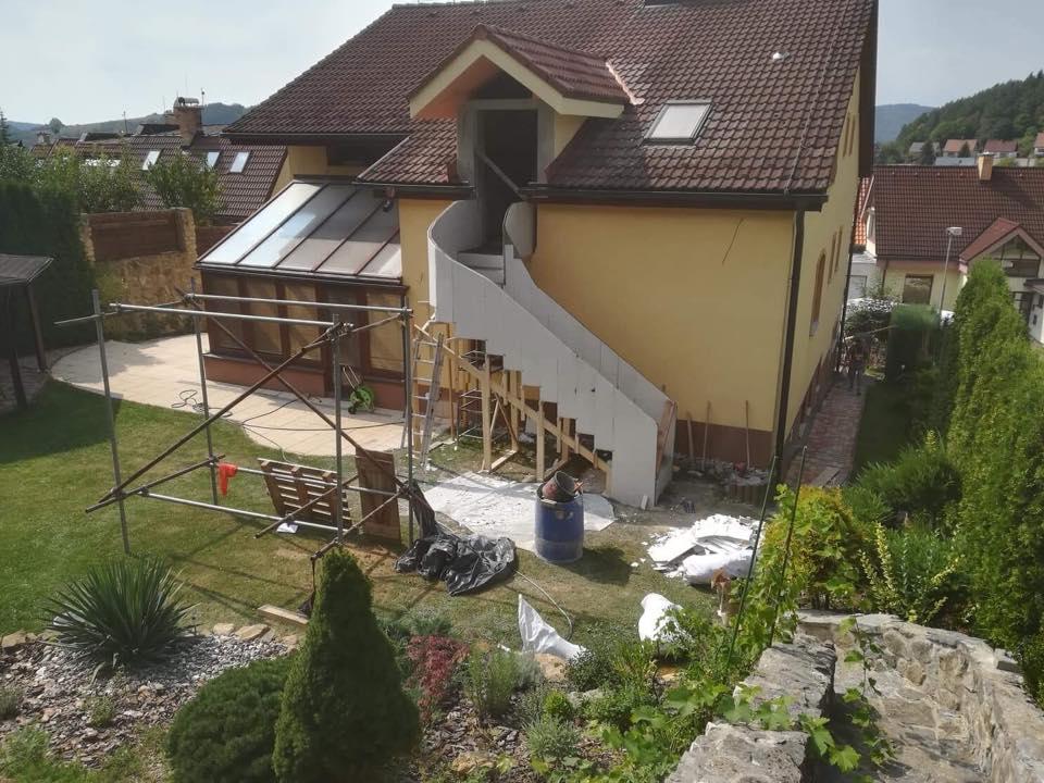 Escalier extérieur en feuille de béton avec balustrade. Finition brut.