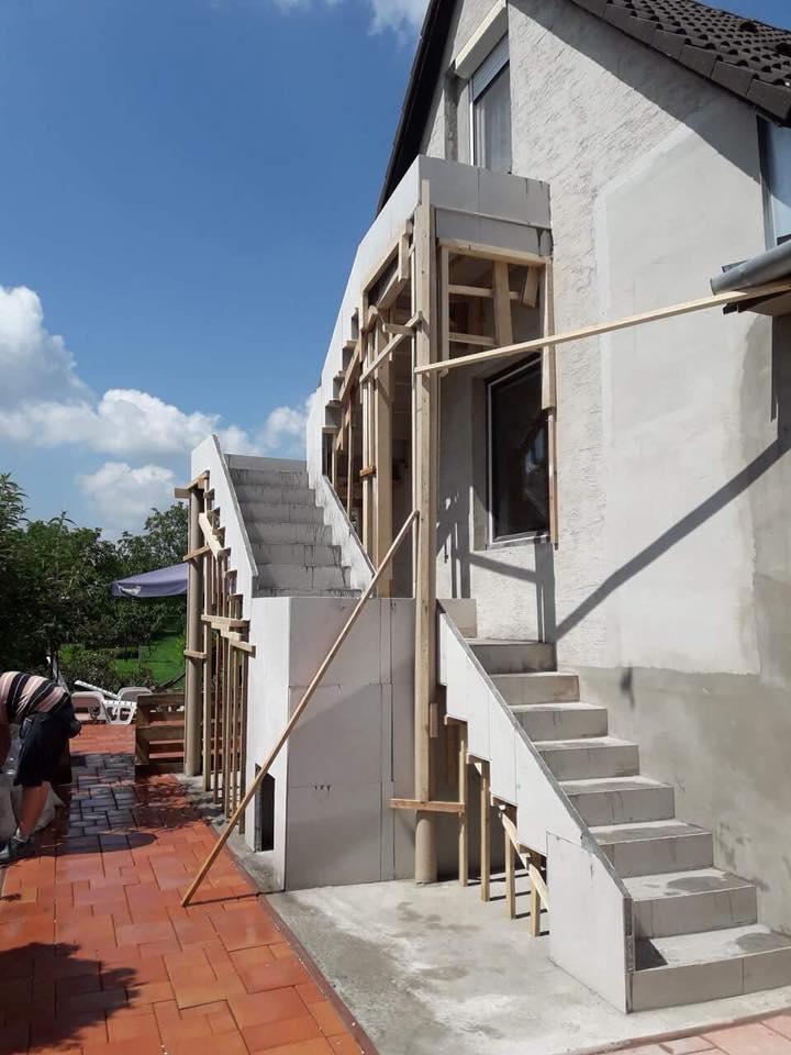 Construction d'escalier extérieur en feuille de béton.