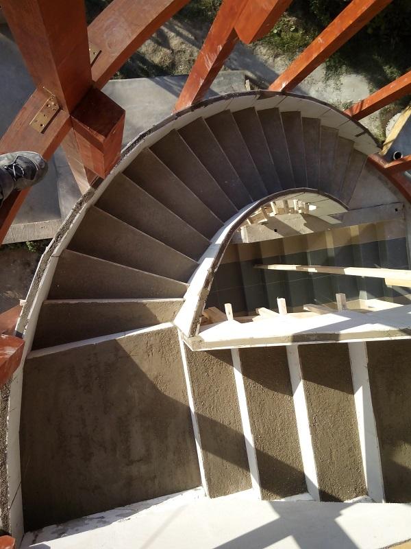 Escalier tournant et droit en feuille de béton.